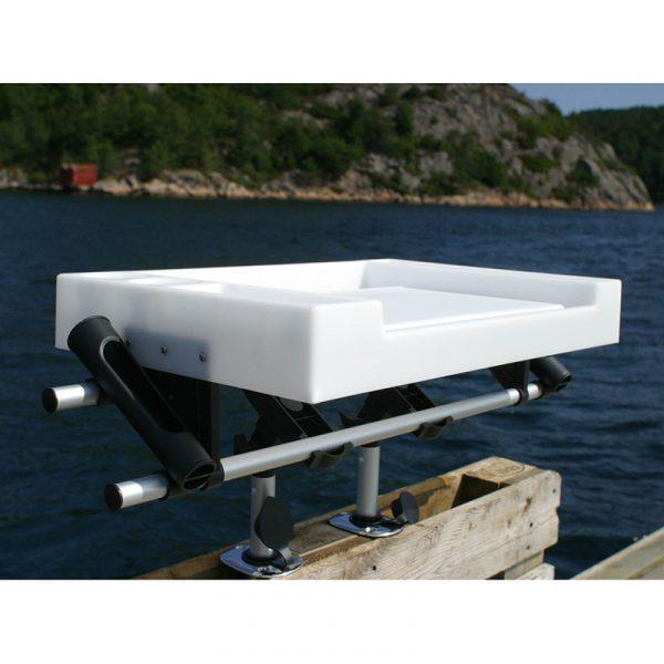 Fiske/sløyebord stort m/ 2 stangholdere. Festeanordning til båtrekke eller benk medfølger ikke.
