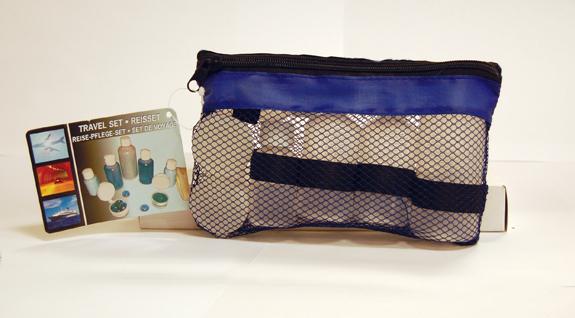 Reisesett med småflasker. Reiseveske med ulike beholdere til reisen. Til håndbagasje på fly.