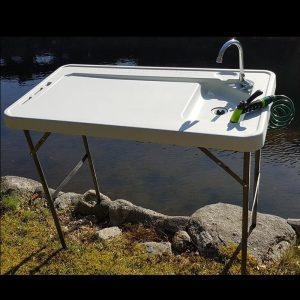 Fiske/sløyebord m.vask og spyleslange. Sammenleggbart med vask og armatur. Praktisk sløye bord for rensing av fisk.