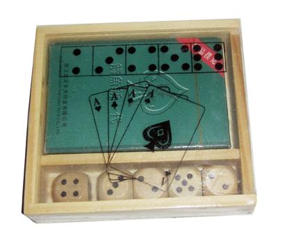 Spillekort og terninger i treboks.