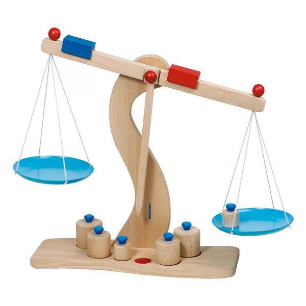 Balansevekt fra Goki. En lek og lær vekt i tre.