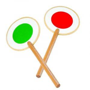 Signal skilt i tre fra Goki. Signalskilt rød og grønn.