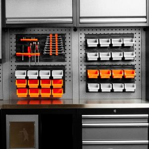 Opphengstavle med tilbehør. Opphengbar sorteringshylle. Praktisk i garasjen eller på hobbyrommet. Sett med oppbevaringsbakker. 28 bakker, og verktøyoppheng.