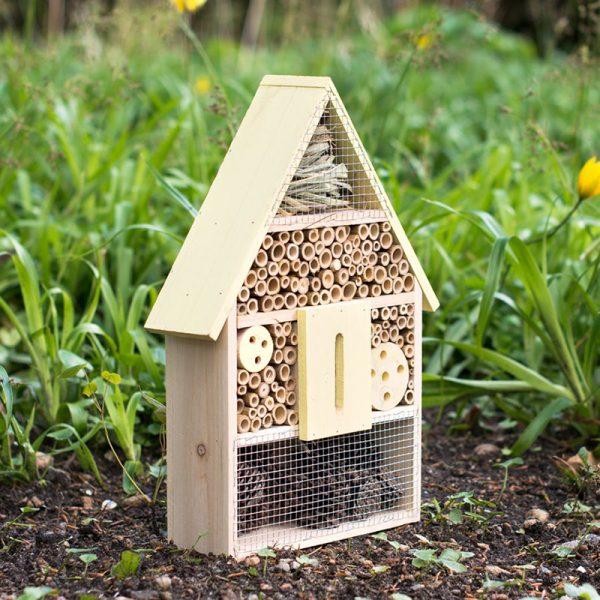 Insektshus til hagen Stilig insektshus til hagen. Perfekt for å få insekter og bier inn i hagen for å hjelpe med pollinering.