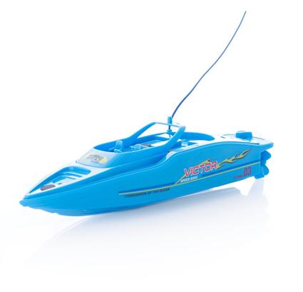 To fjernstyrte racingbåter med basseng