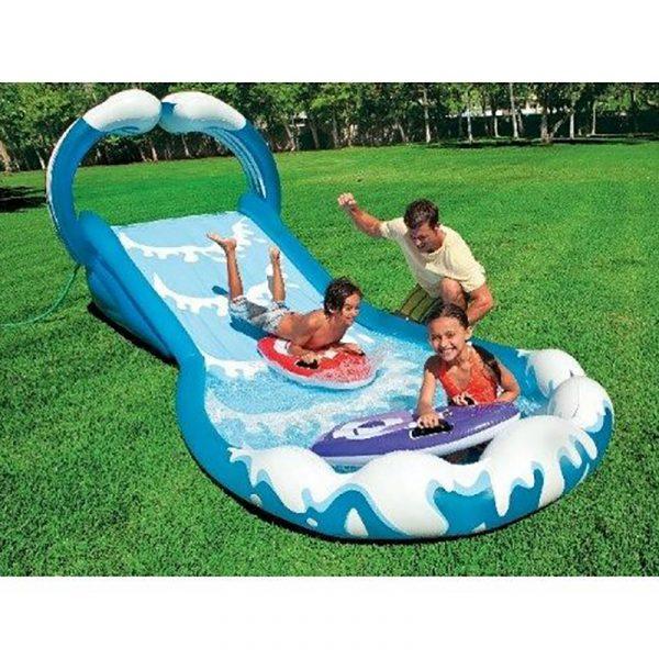 Surf´n Slide Vannsklie. Sklie som kan kobles til vannslangen. Lek i hagen. Barn morro.