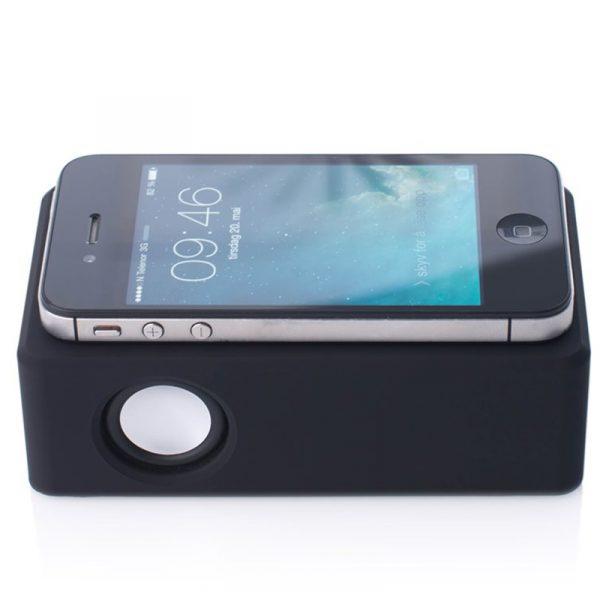 Trådløs induksjonshøytaler. Spiller trådløst uten noen tilkobling. Plasser telefonen oppå høyttaleren og lytt.