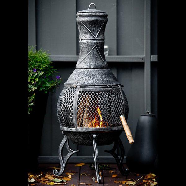 Stilig utepeis, bålkos på terrassen. Peis, varme.