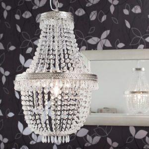 Lysekrone i lekkert design. Lampe, prisme.