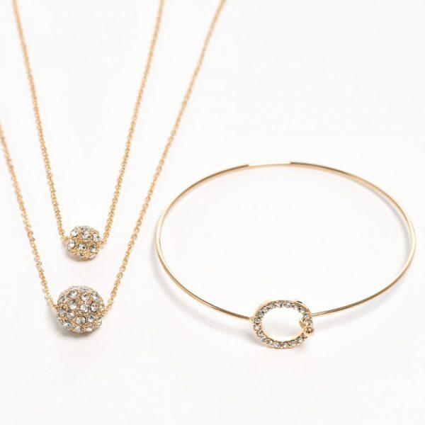 Smykke og armbånd. Brass og glass, Gullfarge Leveres i pen gave pose.