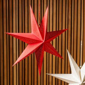 Julestjerne - stor rød stjerne inkl ledning. 60 cm. kraftig papp. Til oppheng i vindu e.l. Lager vakkert stemningsfullt lys.