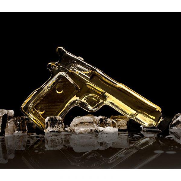 Vodka gun. Flaske av glass formet som pistol.